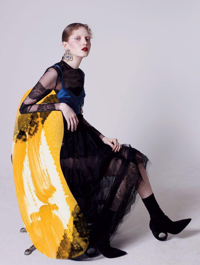 섬세한 레이스 디테일이 돋보이는 드레스는 Valentino, 새틴 소재 브라 톱은 La Perla, 오버사이즈 귀고리는 Chanel, 구조적인 굽의 삭스 슈즈는 Burberry 제품.