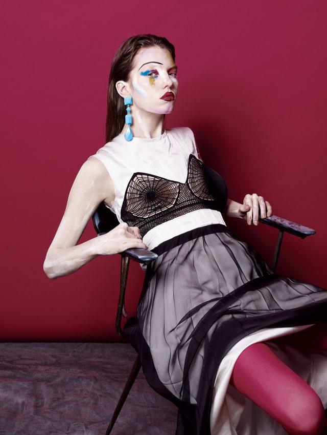 가슴 부분에 크로셰 디테일이 가미된 드레스, 드롭 귀고리는 모두 Céline, 시스루 플리츠 스커트는 Lanvin, 스타킹은 에디터 소장품.