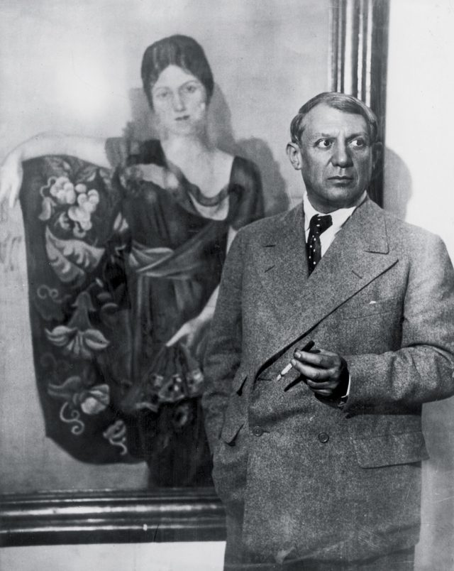 자신이 그린 올가의 초상화 앞에서 담배를 피고 있는 피카소, 1935년 경
