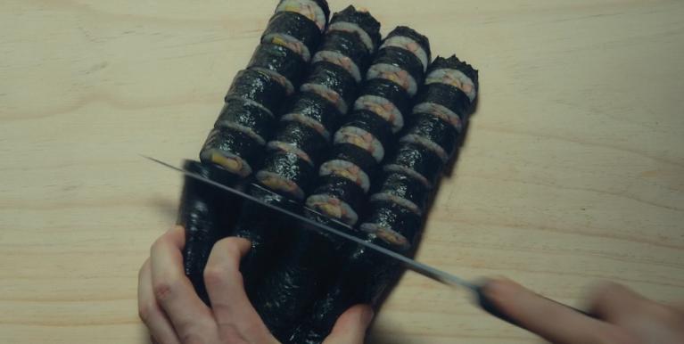 바야흐로 피크닉의 계절이다. 엄마의 손맛이 떠오르는 우리 동네 맛집부터 건강한 식재료로 만든 어느 골목길 작은 가게까지. 그들 각자의 추억이 담긴 생애 최고의 김밥은 어떤  맛일까?