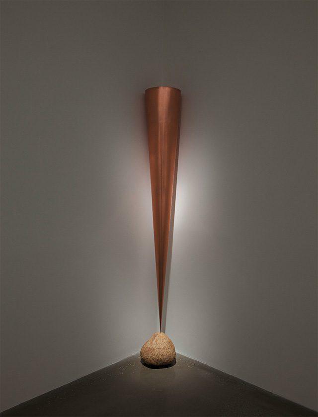 케이지 우메마츠(Keiji Uematsu), 'Corner Piece / Inversion –Vertical Space', 2014, Copper and stone 220(h), 40×54cm, Installation view at Arario Gallery Cheonan, Courtesy of ARTIST and Arario Gallery
