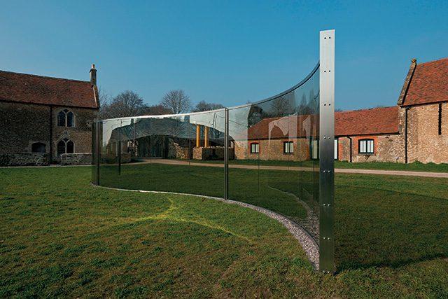 댄 그레이엄(Dan Graham), 'Pavilion', 2001, Two-way mirror, wood, steel, 255×1600×347.5cm, ©Dan Graham, Courtesy the artist and Hauser & Wirth, Photo: Ken Adlard