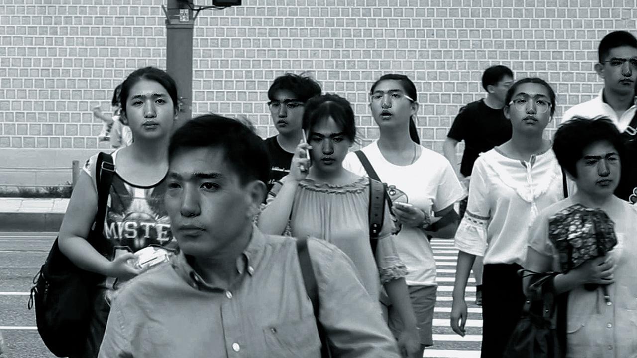 미디어 아티스트 김희천은 3D와 VR 등 디지털 인터페이스를 재료 삼아 가상과 현실 사이 어디쯤을 그려낸다. 그가 포착한 지금, 서울의 타임라인 속엔 로그아웃하고 싶은 '내'가 있다.