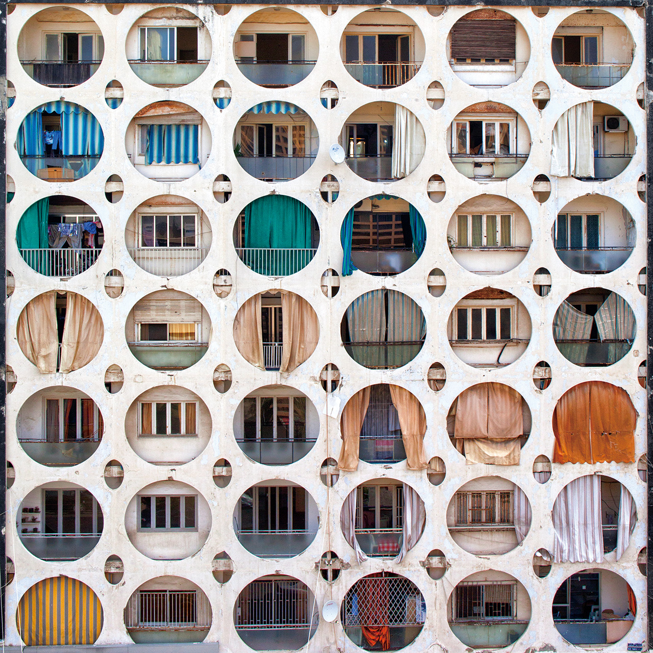 건축 사진은 더 이상 건축물을 위해서만 존재하지 않는다. 선과 면, 색과 빛을 미학적으로 탐구하며 한 도시의 거대한 패턴을 담아내는 도시 여행자들.