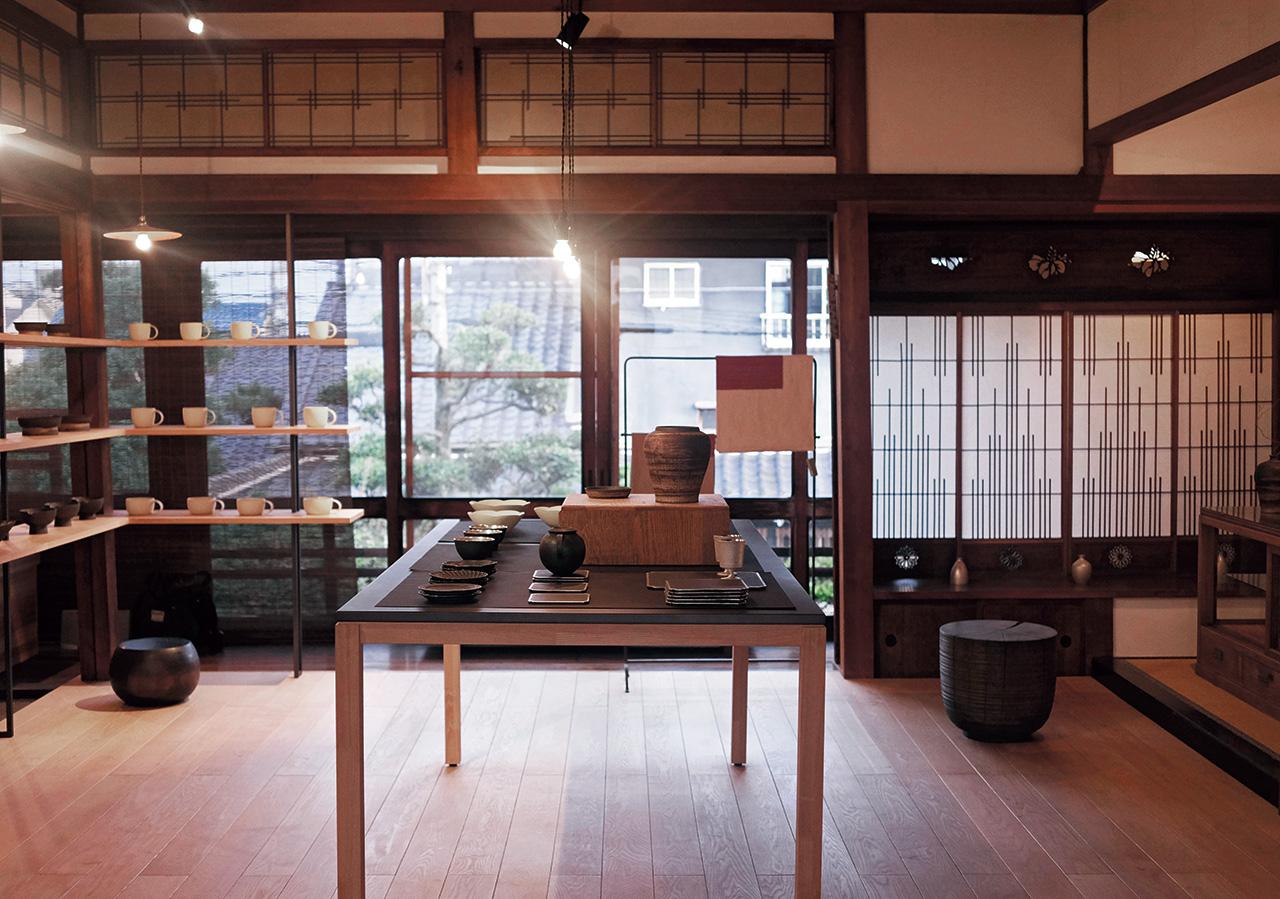 나고야에서 한나절을 보냈다. 그릇을 사러 간 어느 작은 가게에서 내가 담아온 건 일본 디자인이 지닌 일상성의 가치와 그것을 소중히 대하는 그들의 정성 어린 태도였다.