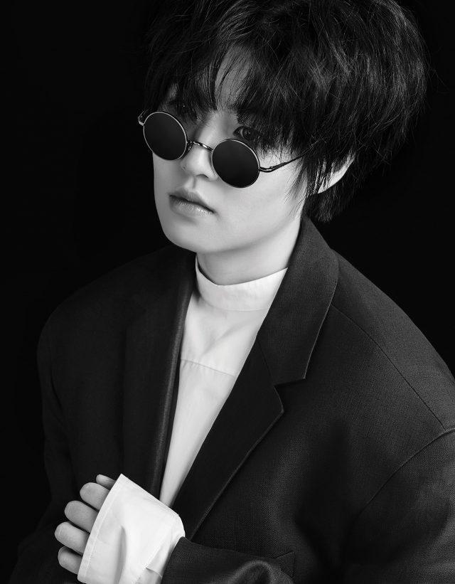 셔츠, 재킷 스커트는 모두 Jil Sander, 선글라스는 Dolce & Gabbana by Luxottica, 양말은 스타일리스트 소장품, 슈즈는 본인 소장품.