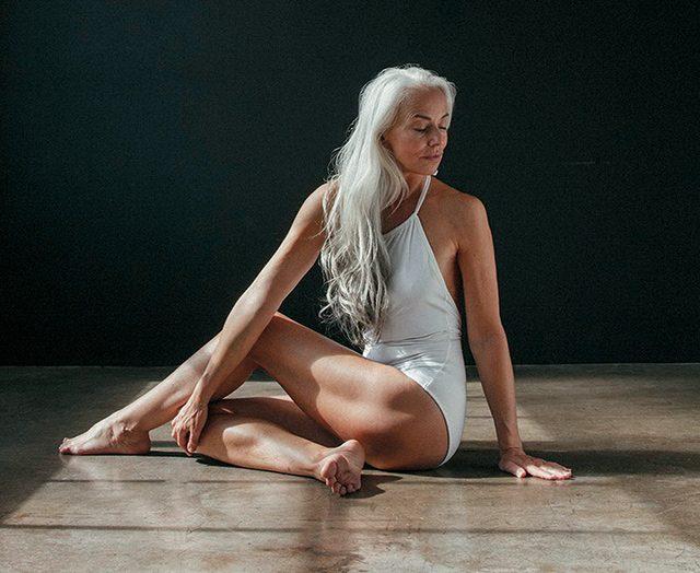 20대 못지않은 아름다운 몸매로 온라인 쇼핑몰 '더드레슬린'과 속옷 브랜드 '랜드오브우먼'의 공동 작업에 참여한 모델 겸 사진작가인 61세의 야스미나 로시(Yazemeenah Rossi)