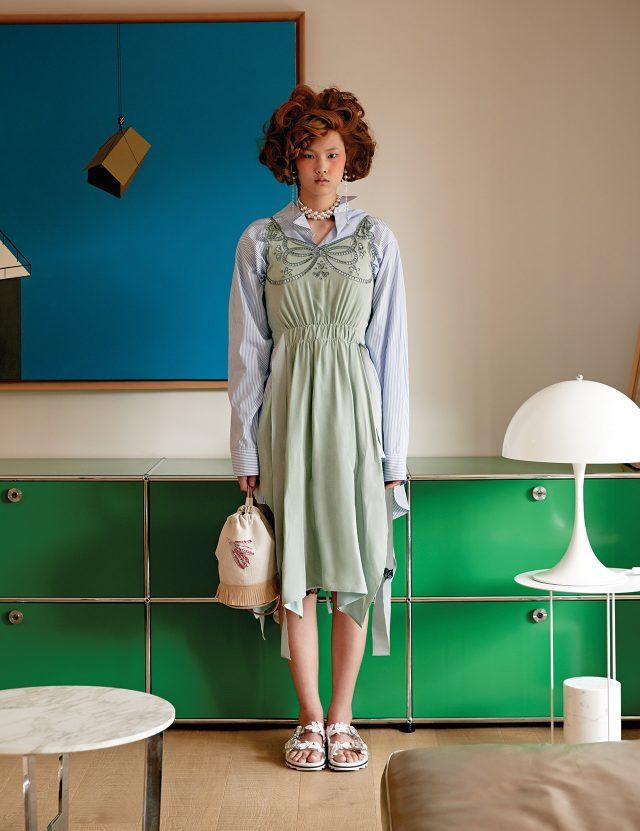 비대칭 스트라이프 셔츠는 1백20만원으로 Loewe, 아일릿 디테일의 에이프런 원피스는 Fendi, 롱 체인 귀고리는 13만원대로 Joomi Lim, 드로스트링 백은 Hermès, 레이스 슬라이드는 1백90만원대로 Roger Vivier 제품.
