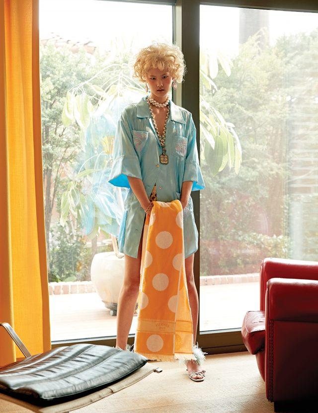 파자마 룩에 자수 디테일로 화려함을 가미할 것. 자수 장식 파자마 셔츠는 Lucky Chouette, 니트 쇼츠는 Miu Miu, 크리스털 귀고리는 65만원으로 Miu Miu, 로고 펜던트의 진주 목걸이는 Chanel, 진주 로고 팔찌는 1백5만원으로 Dior, 깃털 샌들은 Prada, 도트 패턴의 비치 타월은 Hermès 제품.