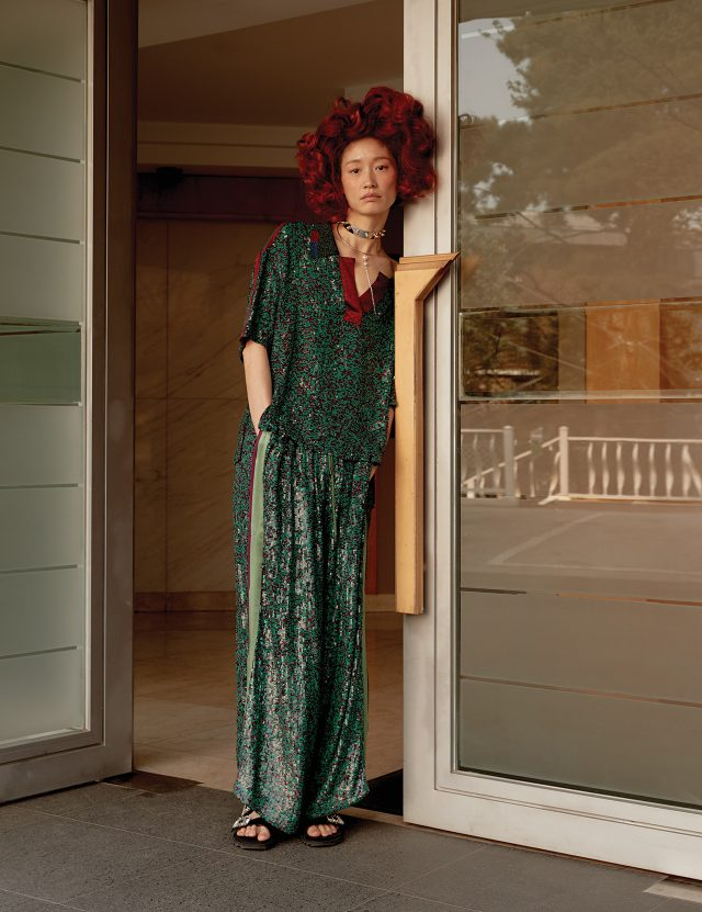 루스한 실루엣과 페미닌한 소재의 만남. 스팽글 톱과 팬츠는 모두 Lucky Chouette, 메탈 초커는 19만원대, 진주 장식 목걸이는 10만원대로 모두 Joomi Lim,크리스털 장식 슬리퍼는 1백60만원대로 Roger Vivier 제품.