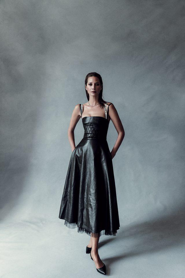 로고 스트랩의 가죽 드레스는 Dior, 다이아몬드 목걸이는 Tiffany & Co., 슬링백 키튼 힐 슈즈는 Manolo Blahnik 제품.