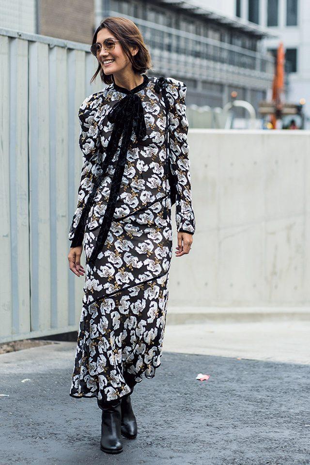 리본 디테일이 더해진 에르뎀의 드레스로 페미닌한 매력을 과시했다.