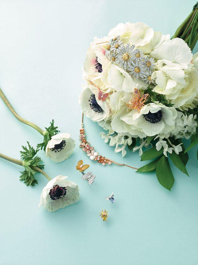 (위부터) 행운을 가져다준다는 꽃말의 캐모마일 티아라는 1억7천4백만원대로 Lucie, 나비의 화려한 날개에서 영감을 받은 '버터 플라이' 반지는 가격 미정으로 Damiani, 핑크 다이아몬드가 세팅된 '투 버터플라이 차보라이트 컬렉션' 펜던트는 1천3백만원대, 아래 놓인 컬러풀한 '투 버터플라이' 비트윈 반지는 2천8백만원대로 모두 Van Cleef & Arpels, 수국 모티프의 '호텐시아 오브 로제 골드' 목걸이, 곤충 모양의 '비 마이 러브 스터드' 귀고리는 모두 가격 미정으로 Chaumet 제품.