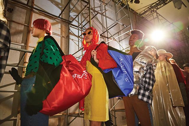 팝한 컬러와 오버사이즈 백의 매치가 돋보인 푸시버튼 쇼의 룩들