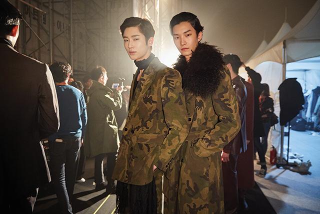 김서룡의 밀리터리 룩을 입은 모델 변우석, 안승준