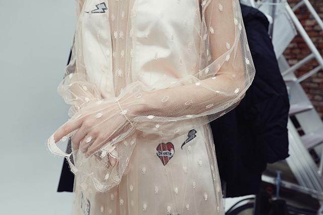 펑키한 패치가 비치는 제인송의 시스루 레이스 드레스