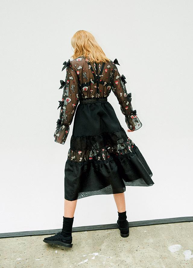 리본 장식이 사랑스러운 시스루 드레스