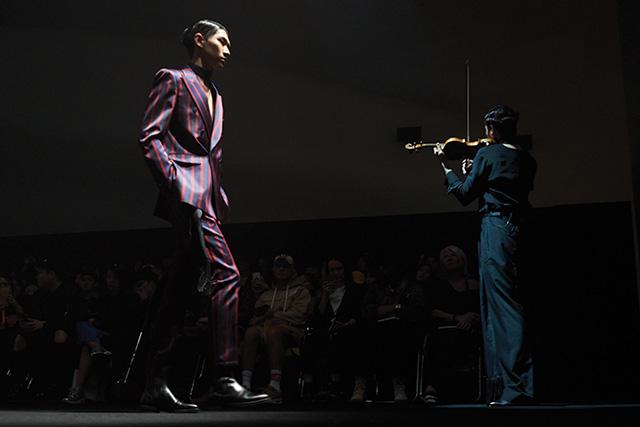 바이올린 선율과 어우러진 우아한 실크수트룩
