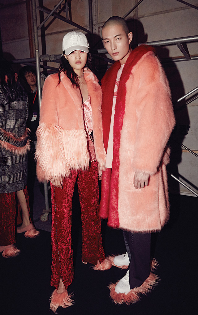 코트와 백, 슈즈에 페이크 퍼를 장식해 포인트를 가미한 카이 컬렉션