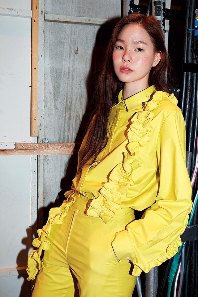 여성스러운 러플이 더해진 옐로셔츠룩