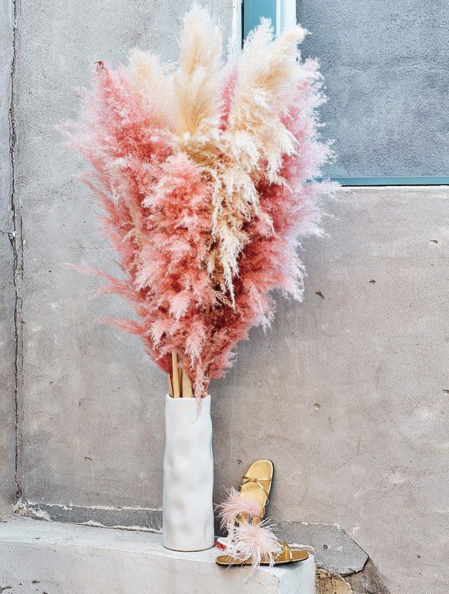 깃털 장식과 스포티한 밴드가믹스된 샌들은 1백2만원으로 Prada 제품.