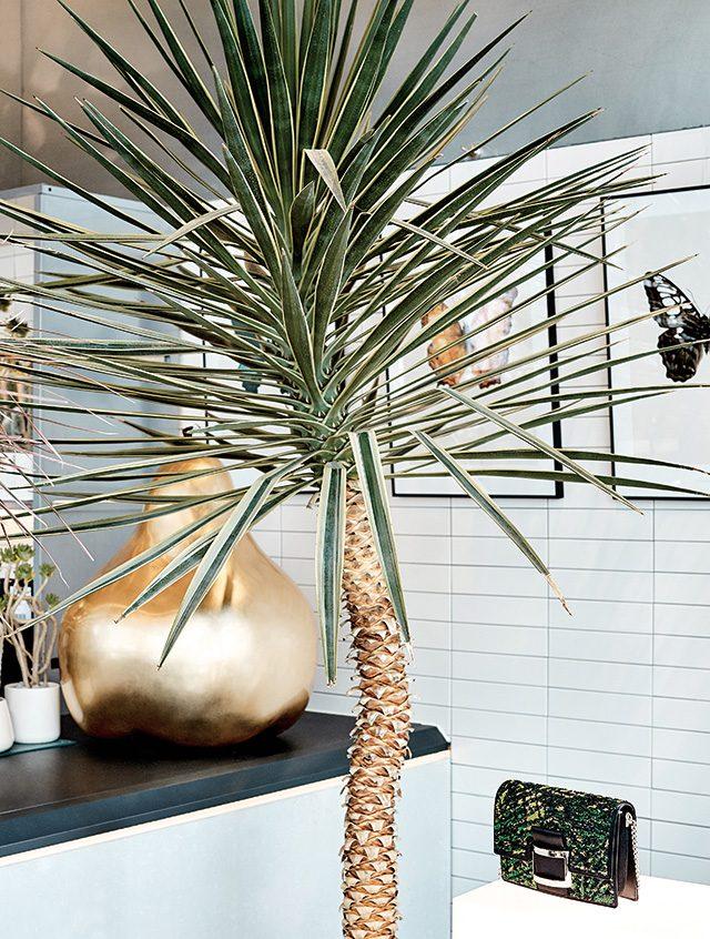 식물을 모티프로 한 시퀸 장식의 체인 백은 3백30만원대로 Roger Vivier 제품.