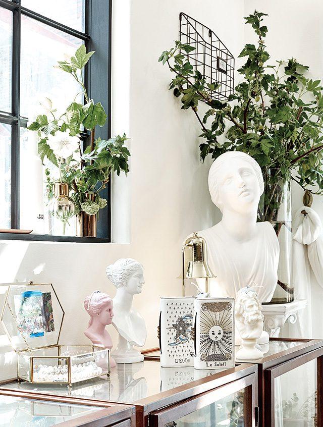 타로카드에서 영감을 얻은 태양을 수놓은 클러치 백, 별을 장식한 클러치 백은 각각 2백90만원으로 Dior 제품.