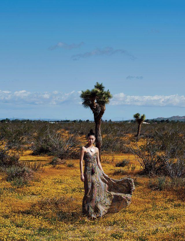 가슴 부분에 셔링 장식이 더해진 슬립 드레스, 오버사이즈 목걸이는 모두 Etro 제품.