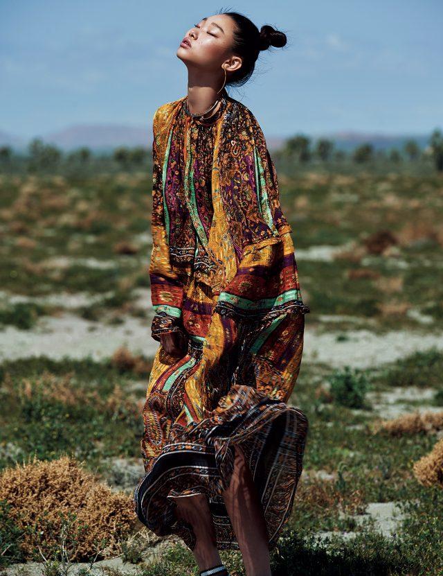 다채로운 프린트가 믹스된 튜닉 스타일의 롱 드레스와 골드 목걸이는 모두 Etro, 구조적인 디자인의 귀고리는 스타일리스트 소장품.