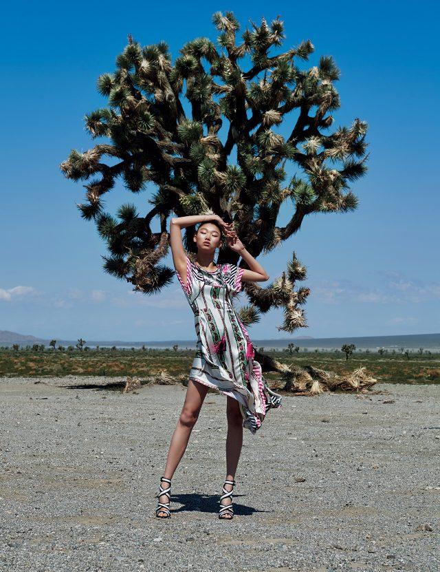스트라이프와 페이즐리, 플라워 프린트가 믹스된 실크 드레스는 Etro, 오픈 토 스트랩 슈즈는 Santoni 제품.