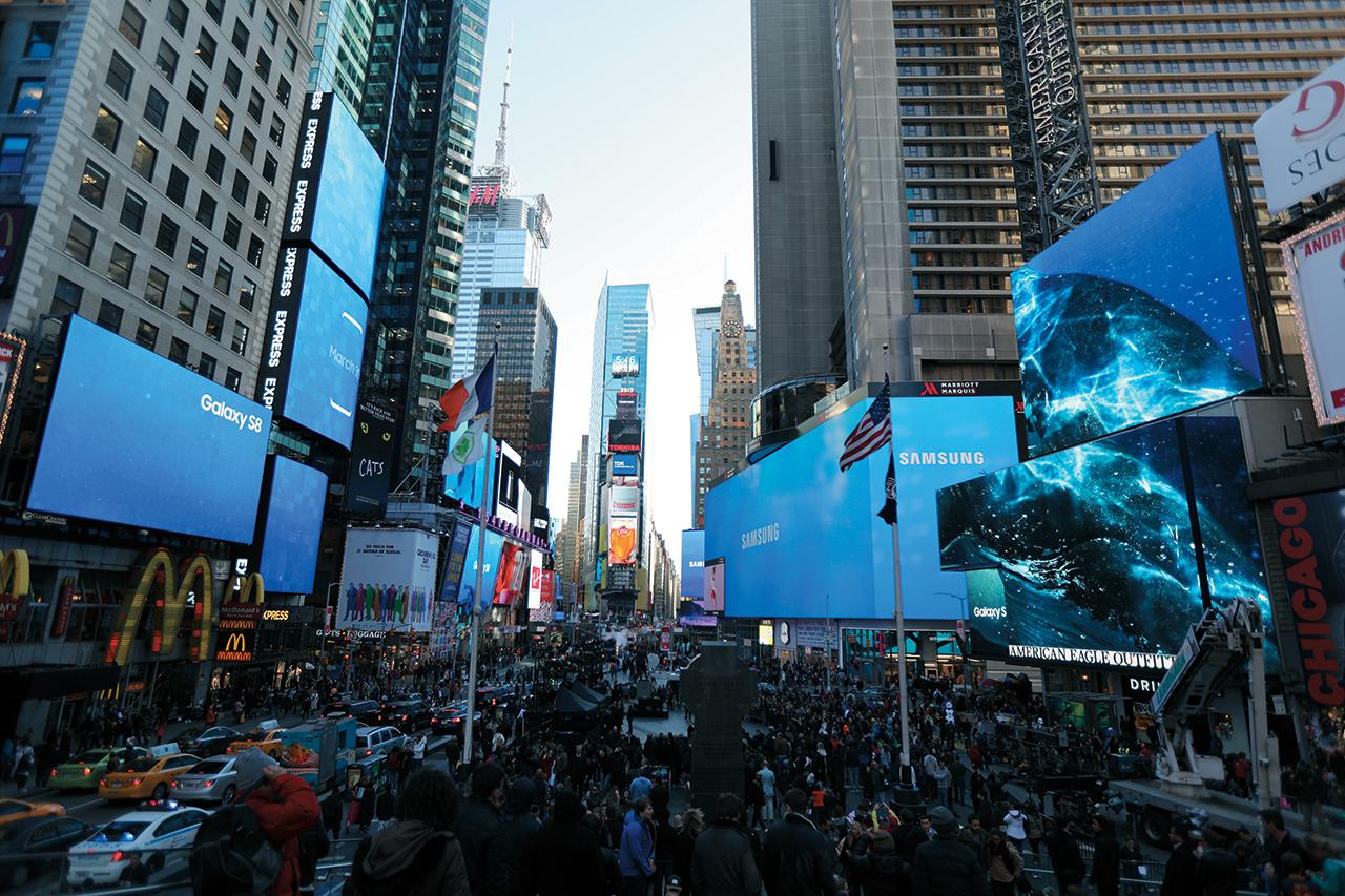 뉴욕에서 열린 삼성의 언팩 2017 현장에서 갤럭시 S8이 세상에 등장하는 순간을 지켜봤다. 갤럭시 시리즈 중 처음으로 '신기술'이 아니라 '스토리'가 먼저 보였다.