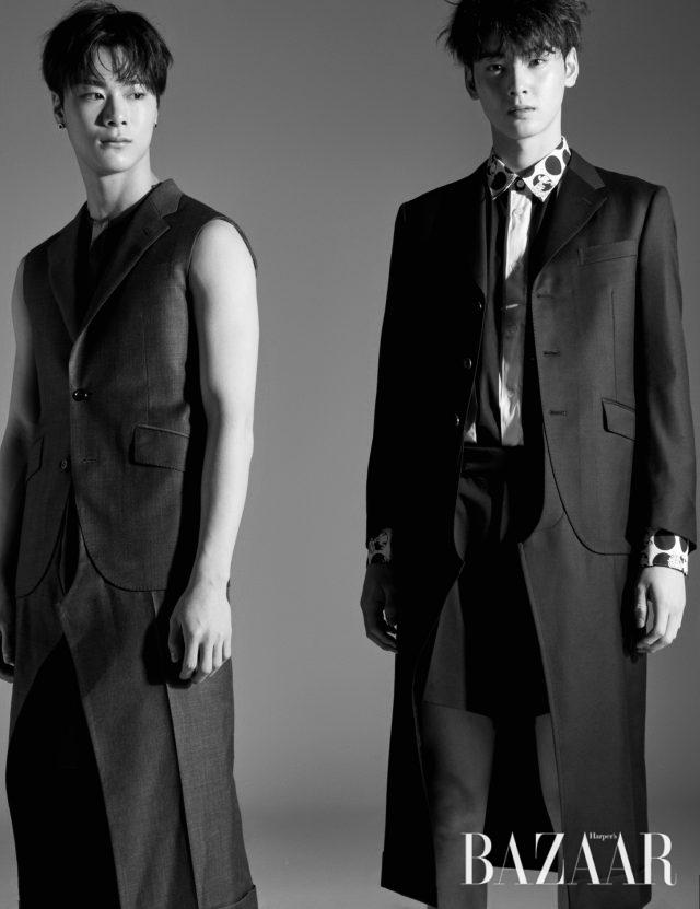 (왼쪽부터) 문빈이 입은 베스트 재킷은 Junya Watanabe by Comme des Garçons, 롱 셔츠는 A.AV, 팬츠는 Customellow 제품.차은우가 입은 롱 재킷은 Junya Watanabe by Comme des Garçons, 셔츠는 Comme des Garçons, 쇼츠는 Ordinary People 제품.