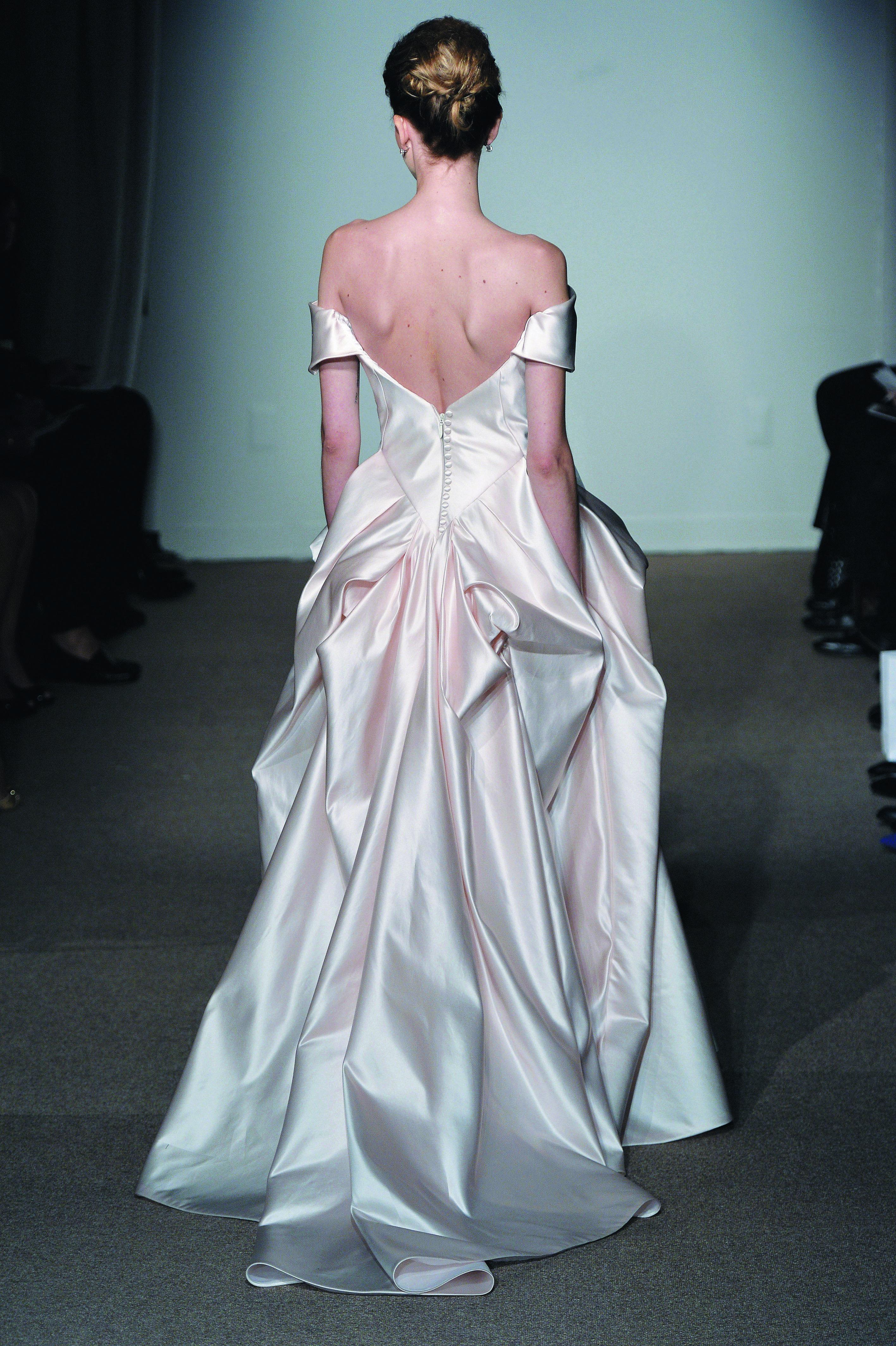 오프숄더 웨딩 드레스를 입기 위한 어느 예비 신부의 승모근 타파기.