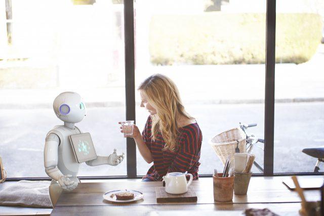 소프트뱅크의 세계 최초 감정 인식 로봇 '페퍼'. 일본 매장에 가면 사람 대신 직접 안내를 해주기도 한다.