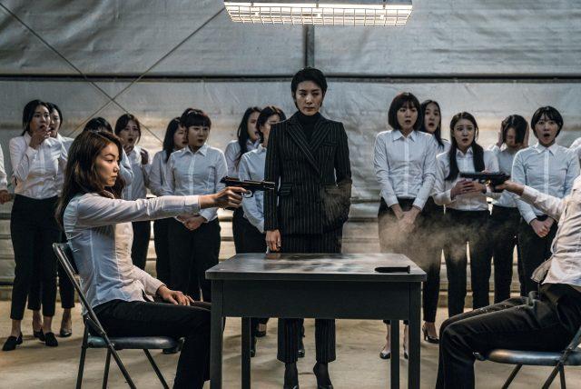 영화 '악녀'에서도 핀스트라이프 수트 차림으로 등장!