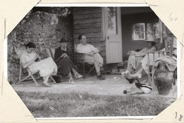 버지니아 울프, 딸인 안젤리카 그랜트, 시빌 벨 등 가족들과 함께.
