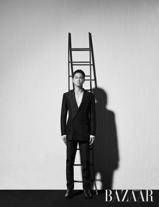 더블 브레스트 수트와 실크 블라우스는 모두 Kimseoryong, 슈즈는 Dior Homme 제품.