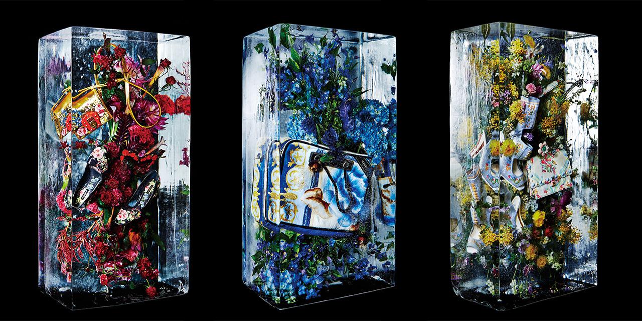 드리스 반 노튼 런웨이에 설치했던 작품에서 영감을 받아 일본 보태니컬 아티스트 아주마 마코토(Azuma Makoto)가 이번 시즌 장식적인 액세서리들을 플라워 얼음 조각 속에 가두었다.