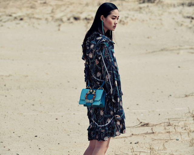 플로럴 프린트의 미니 드레스는 Isabel Marant, 귀고리는 4만9천원으로 Vintage Hollywood, 주얼 장식의 미니 숄더백은 2백50만원대로 Miu Miu 제품.