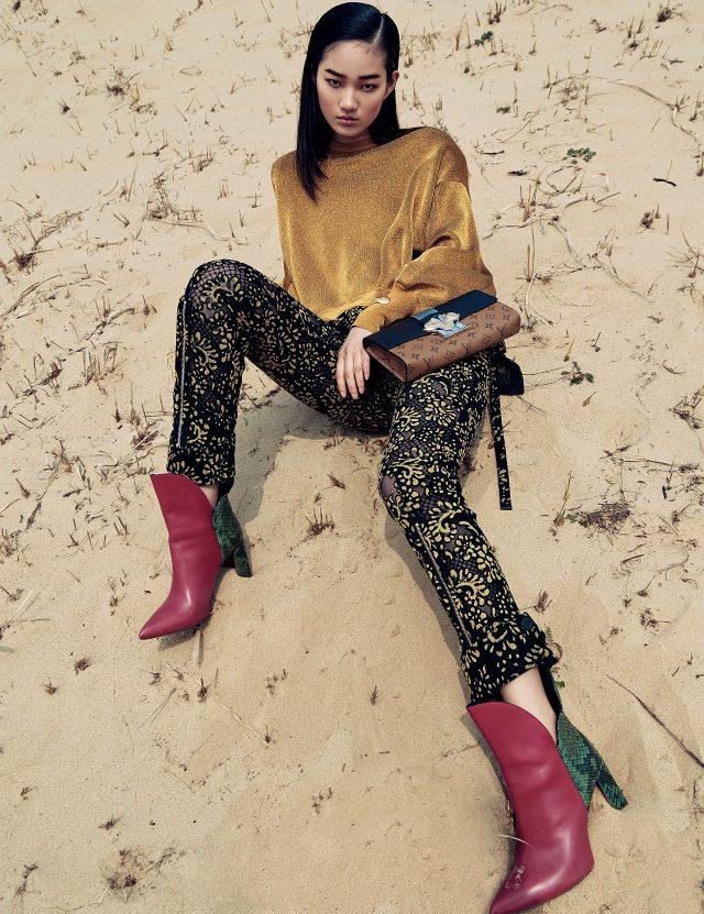 벨벳 소재 톱, 레이스 디테일의 팬츠, 볼드한 뱅글, 모노그램 패턴의 클러치, 앵클부츠는 모두 Louis Vuitton 제품.