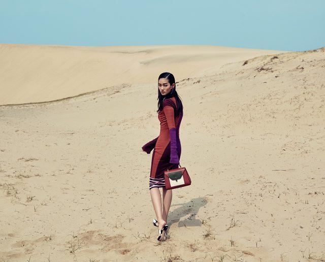 컬러 블록 드레스, 이너로 입은 핑크 스트라이프 드레스는 모두 Givenchy by Riccardo Tisci, 드롭 귀고리는 27만원으로 Swarovski, 포켓 디테일의 컬러 블록 토트백은 3백만원대로 Valextra, 스트라이프 패턴의 뮬은 Nina Ricci 제품.