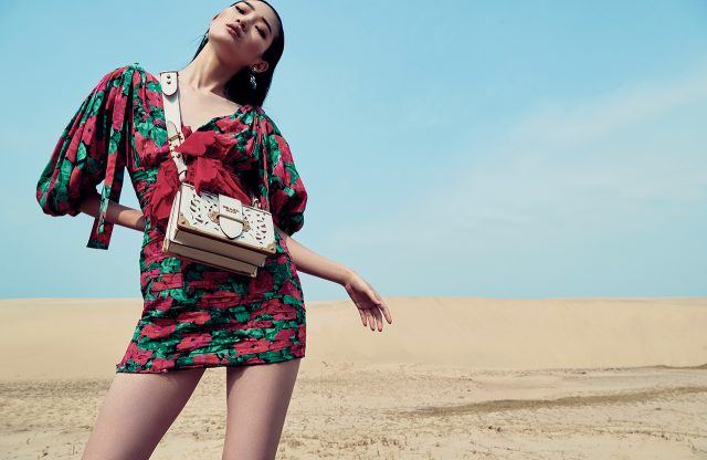 미니 드레스는 4백53만원으로 Gucci, 귀고리는 8만3천원으로 Gemma Alus, 컷아웃 디테일의 미니 백은 3백30만원대로 Prada 제품.