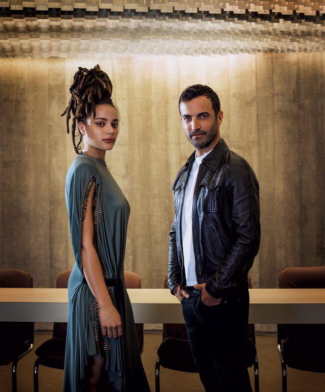 루이 비통의 아티스틱 디렉터 니콜라 제스키에르, 그리고 2017년 봄 광고 켐페인의 모델 중 한 명인 배우 사샤 레인. 옷과 액세서리는 모두 가격 미정으로 Louis Vuitton 제품.