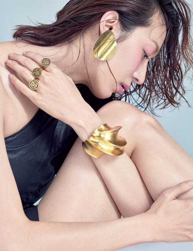 원 숄더 드레스는 1백13만원대로 Isabel Marant, 볼드한 귀고리는 65만원으로 Céline by BOONTHESHOP, 조형적인 뱅글은 90만원대로 Louis Vuitton, 별자리 모티프의 반지는 모두 가격 미정으로 Dior 제품.