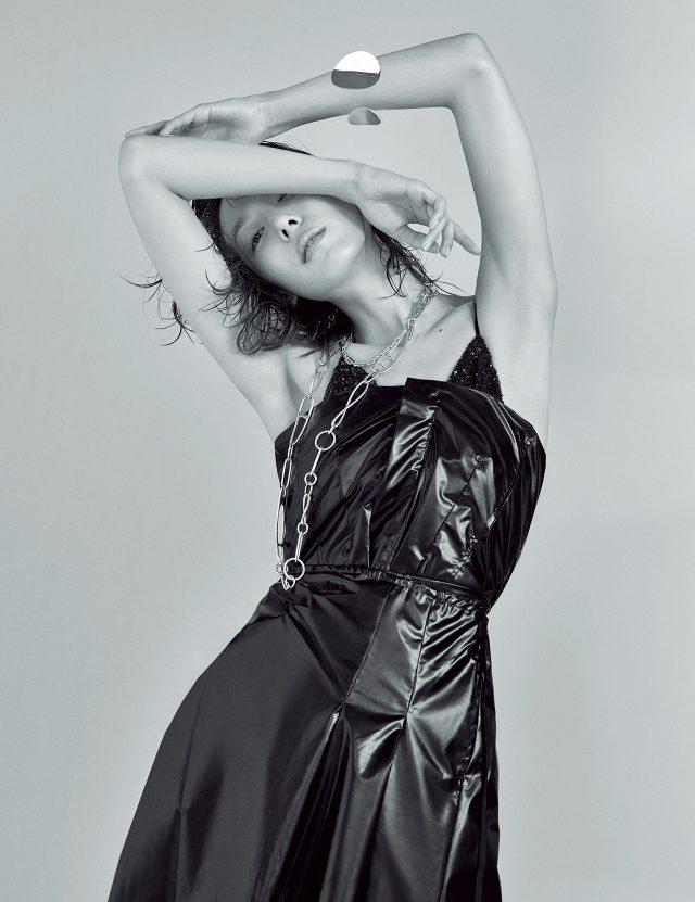 글로시한 튜브 톱 드레스는 1백19만원으로 Toga Pulla by BOONTHESHOP, 스털링 실버 소재의 체인 목걸이는 가격 미정으로 Tiffany & Co., 옷핀 모티프의 실버 체인 목걸이는 가격 미정으로 Hermès, 구조적인 디자인의 커프는 85만원으로 Céline 제품.