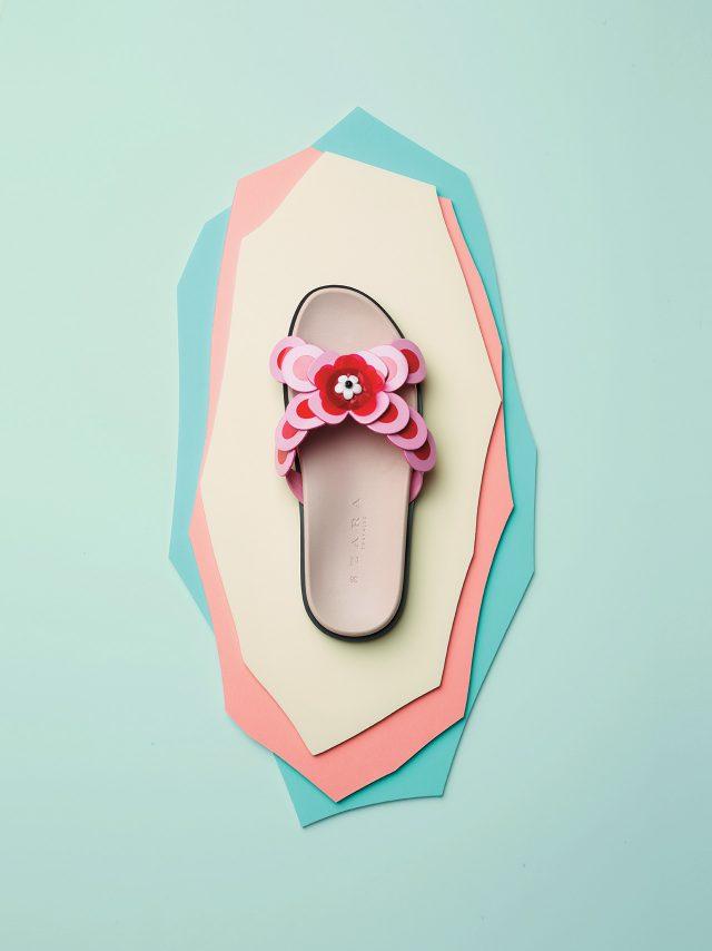 레드 컬러의 스팽글로 꽃을 형상화한 슬라이드는 3만9천원으로 Zara