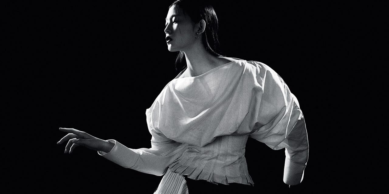 순수와 관능, 남성과 여성의 경계를 우아하게 넘나드는 화이트 셔츠의 매혹적인 변주.