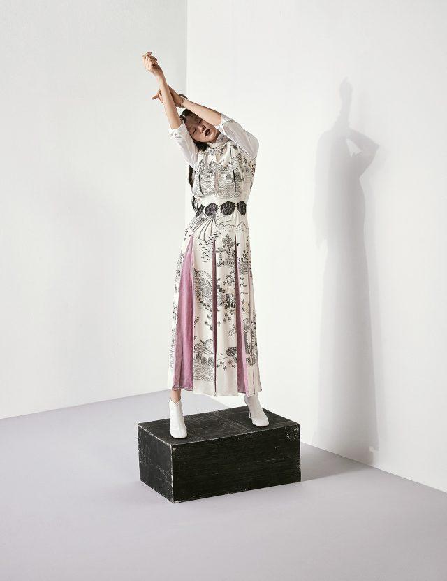 잔드라 로즈의 일러스트가 담긴 플리츠 드레스는 Valentino, 이너로 입은 셔츠는 1백10만원대로 Saint Laurent, 실버 뱅글은 85만원으로 Céline by BOONTHESHOP, 나파 소재의 앵클 부티는 1백55만원으로 Céline 제품.