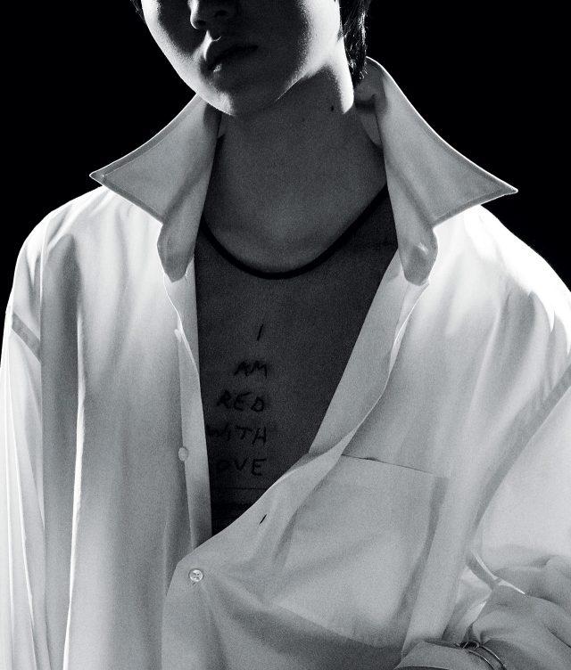 맨즈 셔츠를 닮은 오버사이즈 셔츠는 1백39만원으로 Vetements by Mue, 레터링 디테일의 시스루 드레스는 79만원으로 Ann Demeulemeester by BOONTHESHOP 제품.