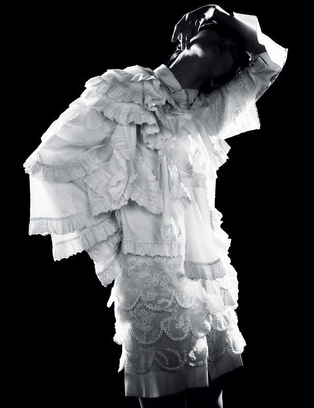 러플과 레이스 장식의 셔츠 드레스는 Burberry, 이너로 입은 화이트 셔츠는 DKNY 제품.